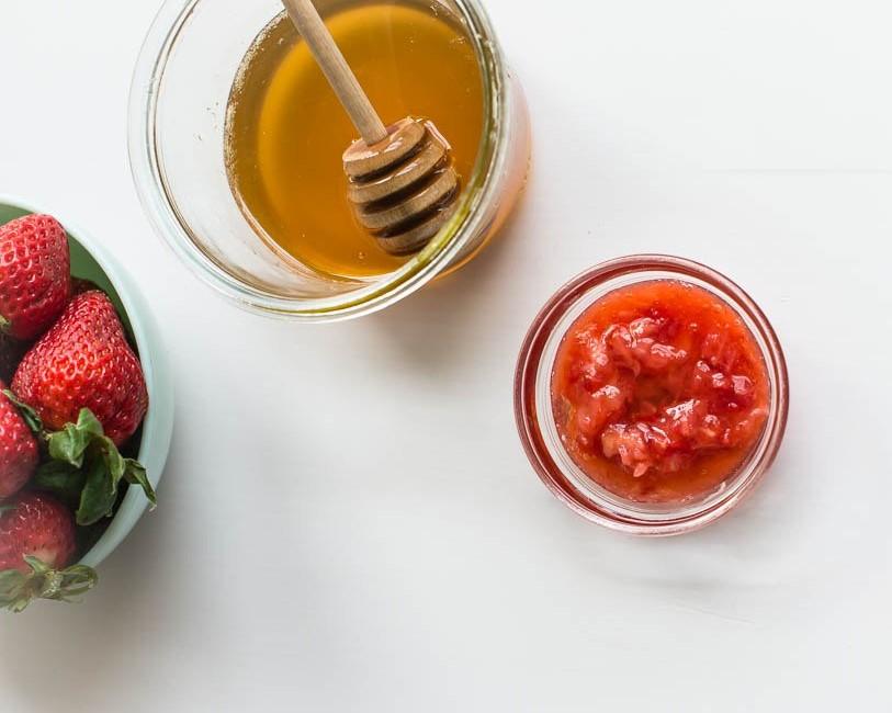 trị tàn nhang ở gò má bằng dâu tây và mật ong