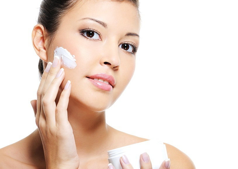 Thoa kem dưỡng tái tạo da sau khi đốt tàn nhang