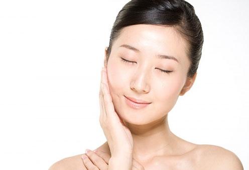 Massage da mặt nhẹ nhàng sau khi thoa kem trị mụn