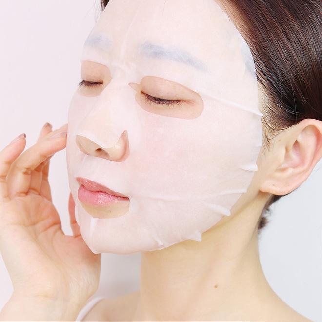 Trước khi đắp mặt nạ, cần đảm bảo vệ sinh da mặt và vệ sinh tay sạch sẽ để tránh nhiễm khuẩn