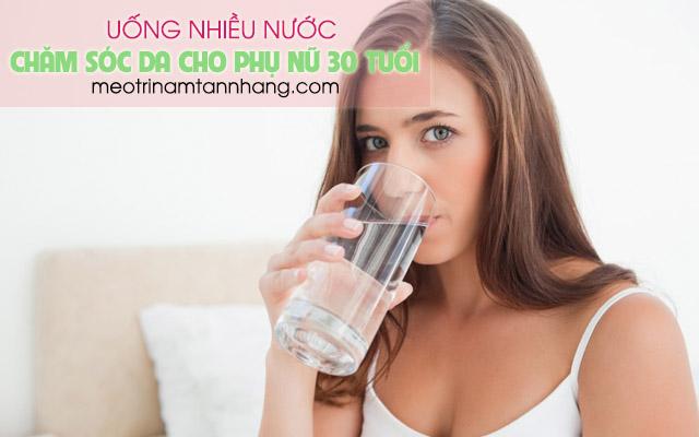 Uống nhiều nước lọc mỗi ngày giúp chăm sóc da cho phụ nữ tuổi 30