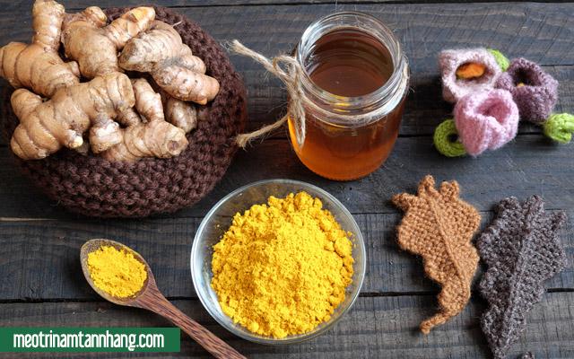 Chăm sóc các vết rạn nứt trên da bằng mật ong với bột nghệ